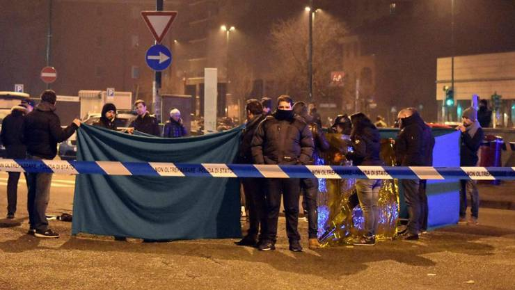 Italienische Sicherheitskräfte im Mailänder Quartier Sesto San Giovanni, wo Polizeibeamte am frühen Morgen bei einer Kontrolle den mutmasslichen Berlin-Attentäter Anis Amri erschossen haben.