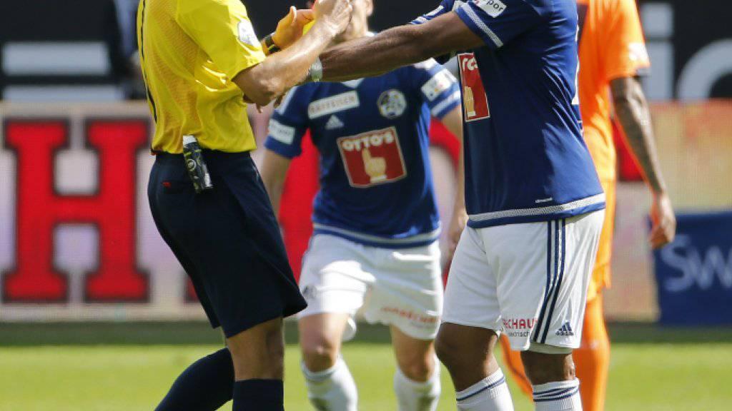 Der Luzerner Dario Lezcano berührt Schiedsrichter Fedayi San.