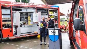 Gemeindeammann Pius Wiss (rechts) und Feuerwehrkommandant Meinrad Lauber bei der Schlüsselübergabe.