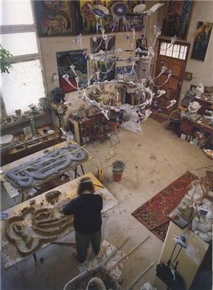 Bruno Weber bei der Arbeit an einer Skulptur