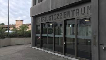 Im Strafjustizzentrum in Muttenz BL muss sich seit Mittwoch die Sterbebegleiterin Erika Preisig wegen vorsätzlicher Tötung vor dem Strafgericht Baselland verantworten.