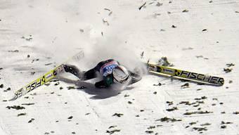 Simon Ammann stürzte in seiner Karriere schon häufig. Er bleibt diesmal unverletzt.