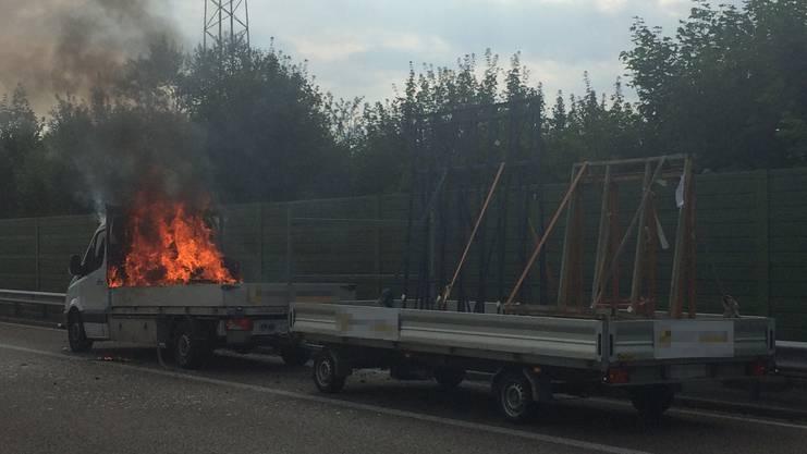 Der Lieferwagen brannte aus unbekannten Gründen.