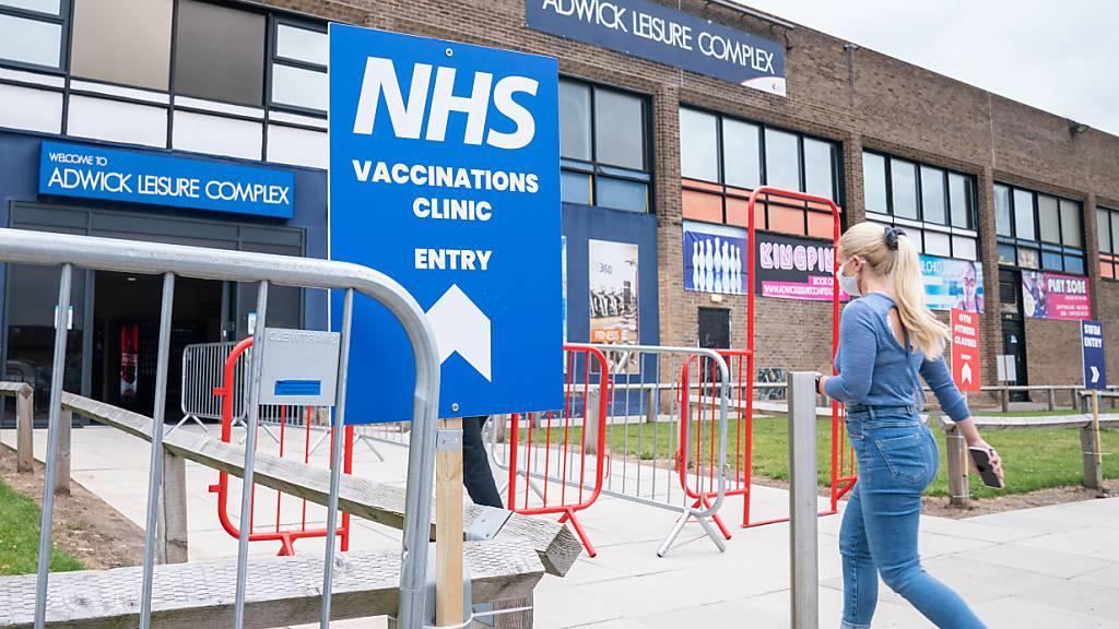Eine Frau betritt ein Iimpfzentrum im Adwick Leisure Centre. Foto: Danny Lawson/PA Wire/dpa