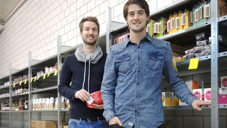 Im Lager verpacken Claudio Zimmerli und Andreas Husi die Bestellungen.