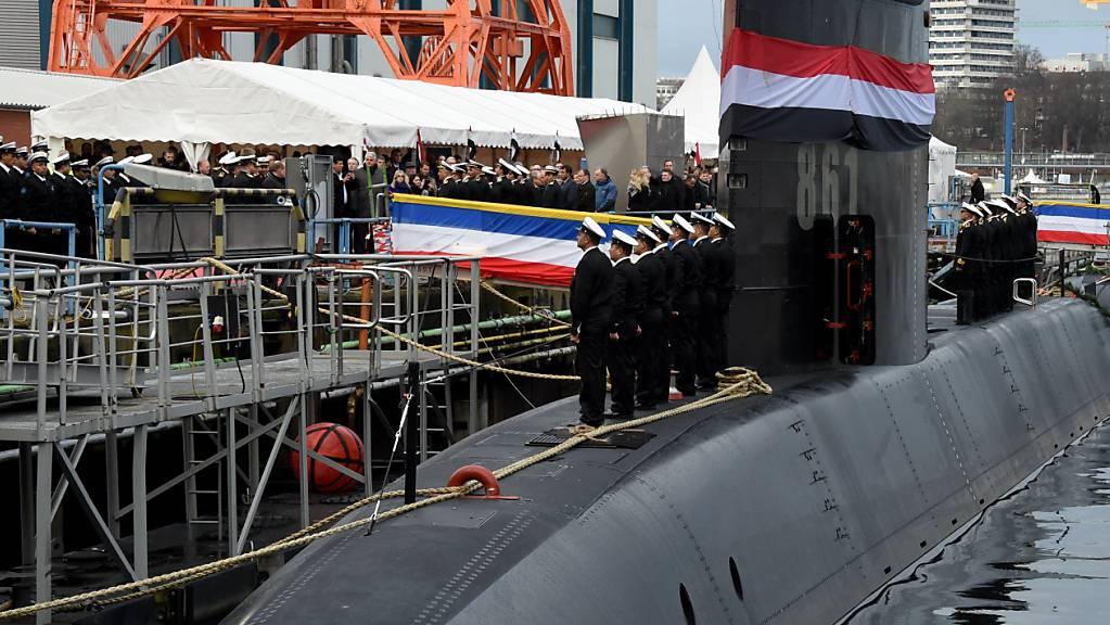 ARCHIV - Besatzungsmitglieder stehen auf der Werft von ThyssenKrupp Marine Systems bei der Übergabe eines neuen U-Bootes an die Marine der Arabischen Republik Ägypten auf dem Boot «S-41». Foto: Carsten Rehder/dpa