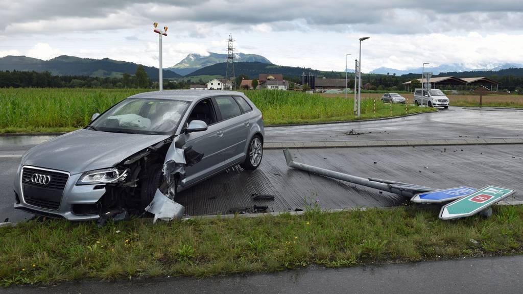 Autofahrerin prallt in Verkehrstafel und Lieferwagen – leicht verletzt