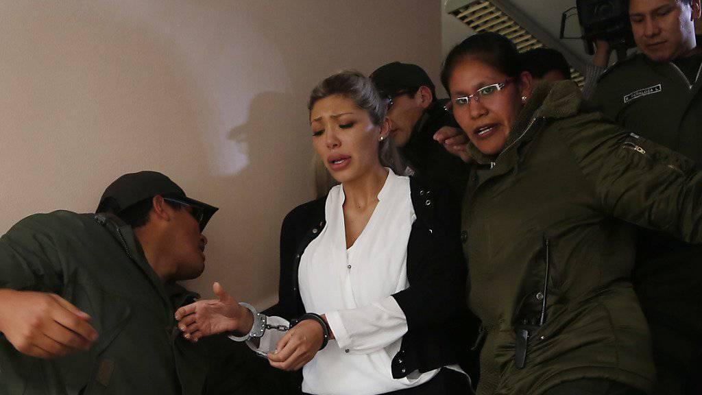 Gabriela Zapata bei ihrer Festnahme im Februar: Die Ex-Geliebte von Boliviens Staatschef Morales ändert ihre Aussage zu einem angeblichen gemeinsamen Sohn. (Archivbild)