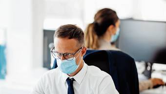 Die Masken-Disziplin muss auch in Pausen aufrecht erhalten werden, wenn diese drinnen stattfinden. Kaffee trinkt man besser draussen, findet der Lüftungsexperte.