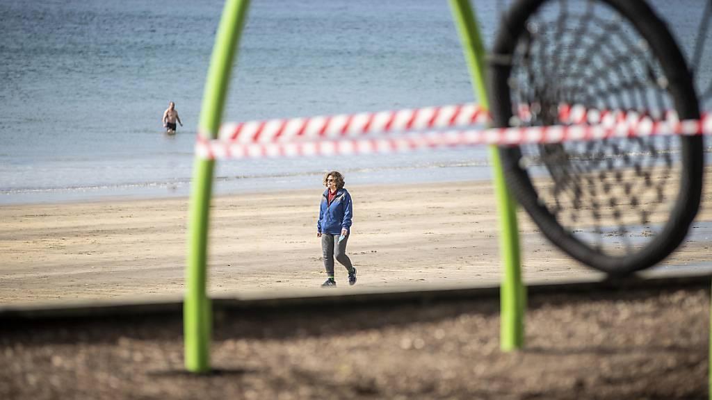 Ein abgesperrter Spielplatz in Auckland. Foto: Michael Craig/New Zealand Herald via AP/dpa - ACHTUNG: Nur zur redaktionellen Verwendung und nur mit vollständiger Nennung des vorstehenden Credits. Nur zur Verwendung bis 14 Tage nach Sendedatum.