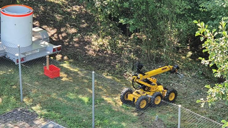 Der Roboter des Forensischen Instituts greift den Sprengkörper.