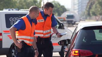 Die Polizei kontrolliert derzeit Fahrzeuge in der Innenstadt (Symbolbild).