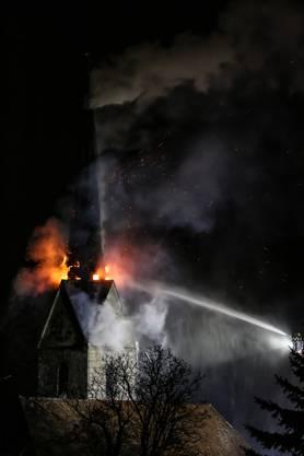 Die Feuerwehr war während der ganzen Nacht mit Löscharbeiten beschäftigt.