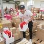 FC-Aarau-Spieler packen Geschenke um für Aktion 2 x Weihnachten