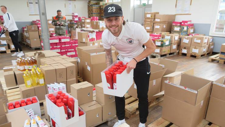 FCA-Spieler Olivier Jäckle mit einem Karton Ketchup-Flaschen.