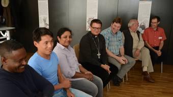 «Wir dürfen diese Menschen nicht vergessen»: Felix Gmür im Gespräch mit Flüchtlingen im Offenen Pfarrhaus Aarau.