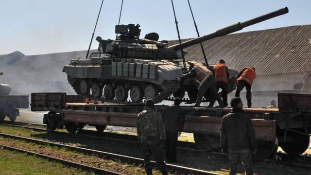 Ein ukrainischer Panzer auf der Krim wird zum Transport verladen