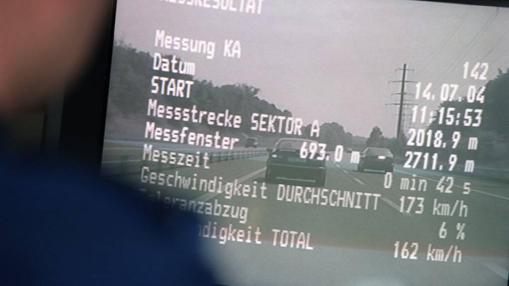 Ein Polizist der Kantonspolizei Thurgau wertet nach einer Geschwindigkeitskontrolle das Messresultat aus.