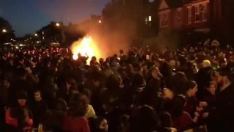 Die Menschen gerieten in Panik, wie AP berichtete. Die Aufnahmen eines freiwilligen Rettungsteams zeigen den Moment der Explosion.