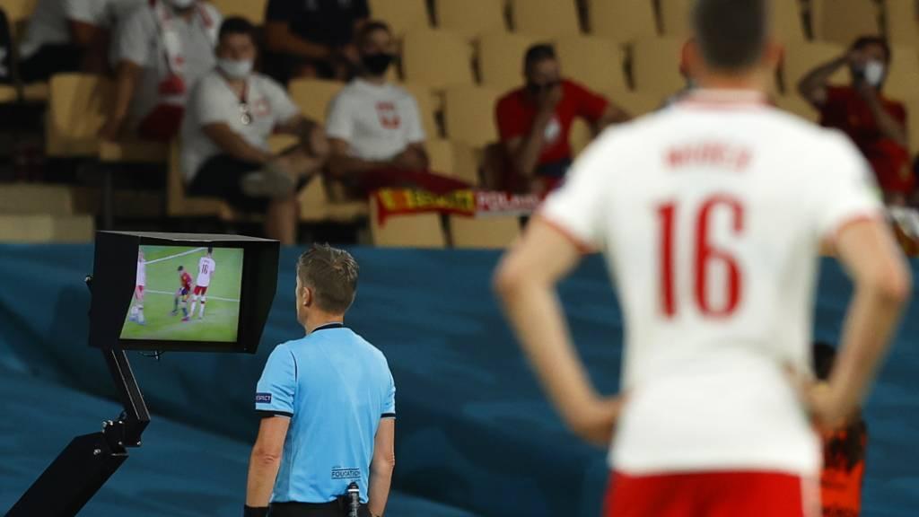 Daniele Orsato checkt nach Rücksprache mit dem Video-Schiedsrichter. in Nyon die TV-Bilder
