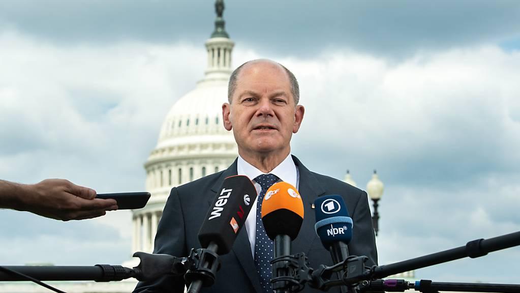 Der deutsche Bundesfinanzminister Olaf äussert sich nach einem Gespräch mit Kongressabgeordneten vor dem Kapitol.