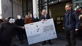 Im Rahmen einer Kampagne für Sans Papiers erhält Regierungsrat Baschi Dürr Anfang 2016 eine Wunschkarte. Einig Anliegen blieben unerhört.