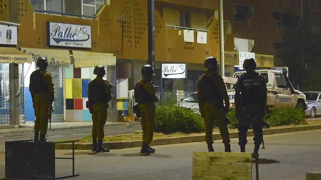 Bei einem Angriff auf ein Restaurant in der burkinischen Hauptstadt Ouagadougou sind 18 Menschen getötet worden. Sicherheitskräfte riegelten das Gebiet um den Tatort ab.