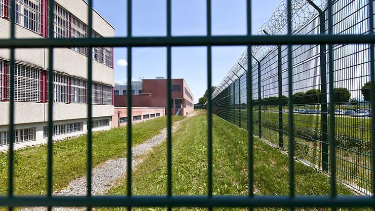 Statt Geldstrafen sollen Gerichte wieder mehr Gefängnisstrafen aussprechen. Im Bild die Strafanstalt Bellechasse im Kanton Freiburg (Archiv)