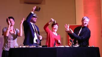 Mussten auch am Jubiläumsabend in den Einsatz: Kommandant Philipp Stierli (2.v.l.) sowie Stadträtin und OK-Präsidentin Iris Schelbert (2.v.r.), umrahmt vom «Chueglöggler»-Duo Anita und Mike.