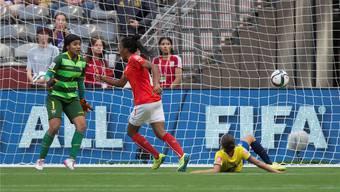 Eseosa Aigbogun (Mitte) trifft als erste Schweizerin überhaupt an einer Frauen-WM ins gegnerische Tor. Keystone