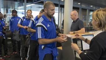 Die FCB-Spieler steigen am EuroAirport in Basel ins Flugzeug Richtung Israel ein.