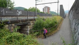 Soll aufgewertet werden: Der Fussgängerdurchgang unter der Bruggerstrasse (rechts) und SBB-Bahnlinie hindurch in den Oberen Kappelerhof. (Walter Schwager)