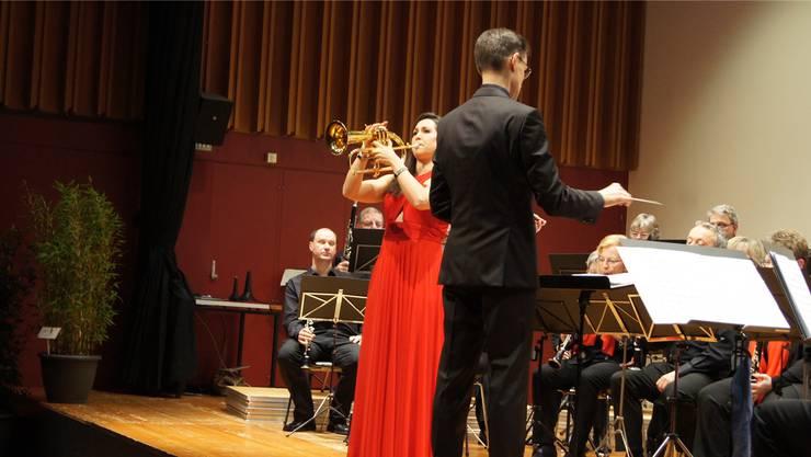 Gastsolistin Manuela Fuchs unter der Leitung von Dirigent Roland Käppeli.
