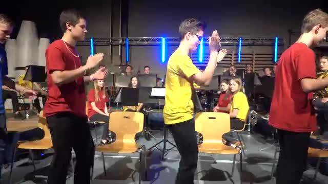Originelle Clap- und Tapeinlage des Jugendspiels Surbtal am Jahreskonzert 2018 in der Mehrzweckhalle Endingen