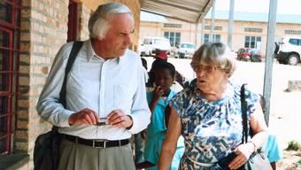 Margrit Fuchs (rechts) und Edgar Zimmermann bei der Besichtigung eines vom Hilfswerk erbauten Schulhauses.