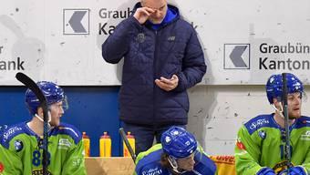 Michel Riesen (Mitte) muss auch nach dem vierten Spiel als Coach des HC Davos auf den ersten Sieg warten