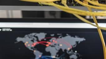 Die Telefon- und Internetüberwachung ist aus Sicht der Finanzkontrolle nützlich bei der Aufklärung von Straftaten. Weil die Massnahmen teuer sind, könnten die Strafverfolgungsbehörden aber zunehmend darauf verzichten. (Symbolbild)