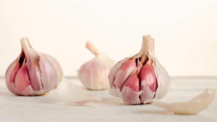 Quercetin ist ein anderer wirkungsvoller Pflanzenstoff, der als Waffe gegen Allergien dienen kann und ganz ähnlich wie Antihistamine wirkt. Quercintin ist in Knoblauch, Zwiebeln oder Äpfeln enthalten.