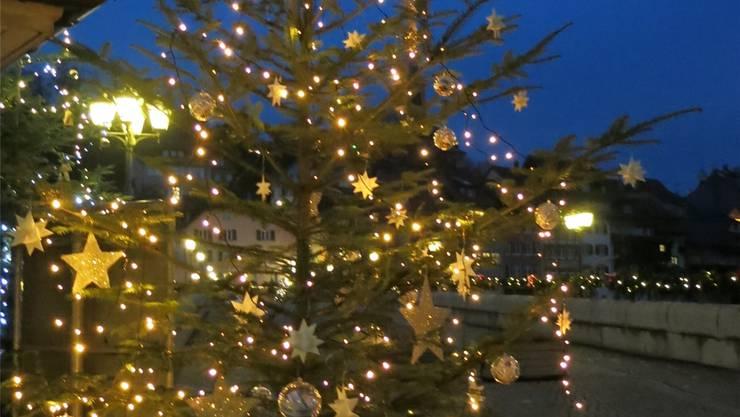 Auch bei der Rheinbrücke steht ein dekorierter Weihnachtsbaum. zvg