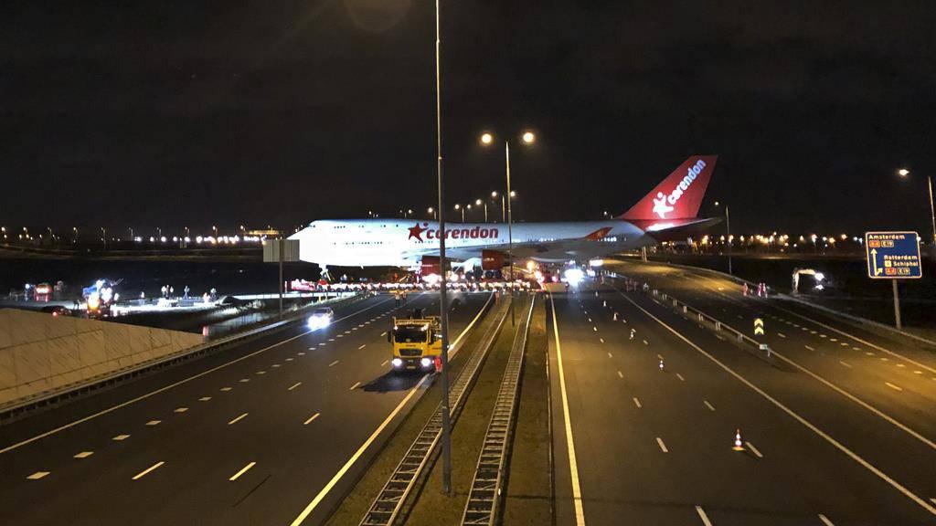 Boeing 747 überquert auf ihrer letzten Reise eine Autobahn