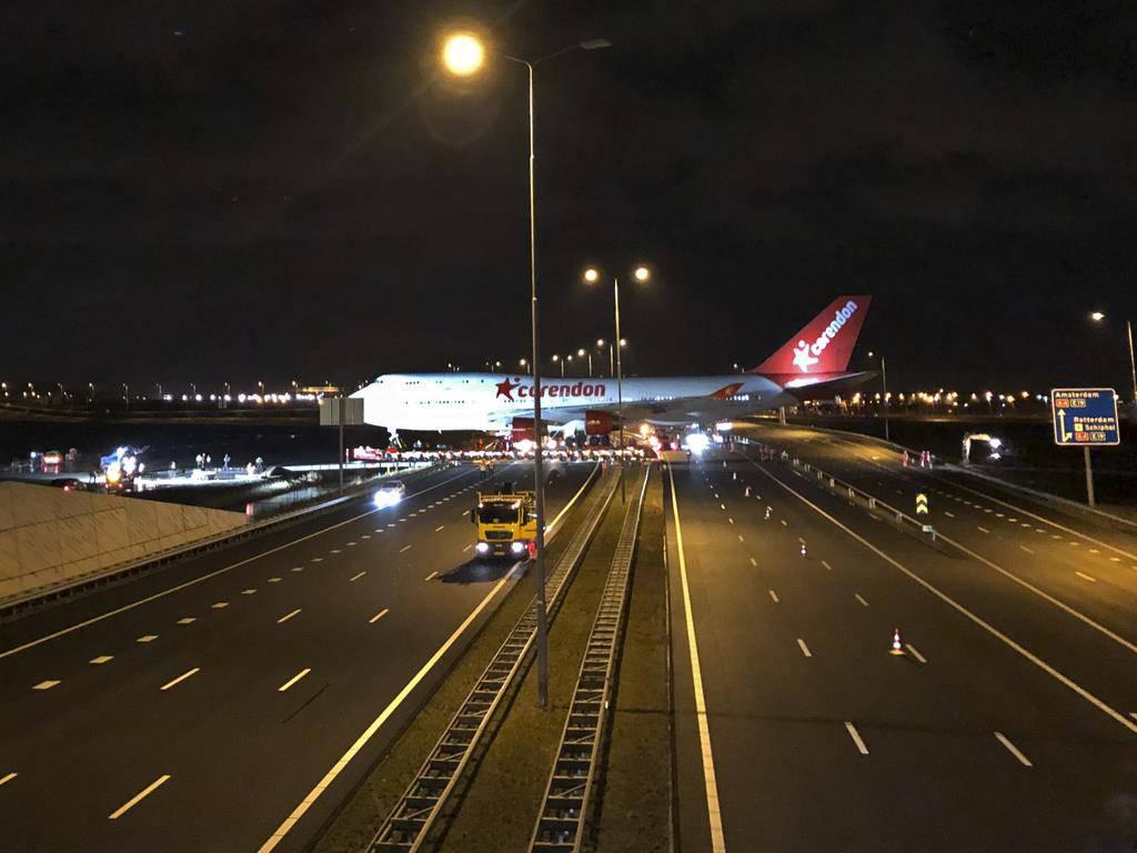 Boeing 747 überquert Autobahn (© Keystone)
