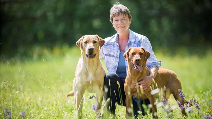 Marlene Zähner mit den Labradorhunden Kelo und Karetta. Christiane Slawik