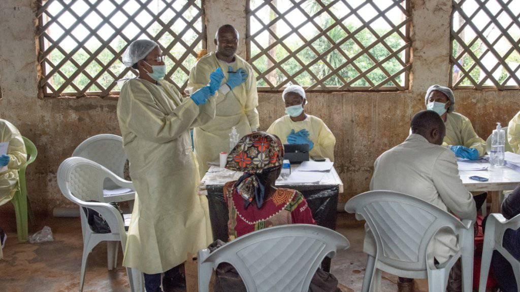 Ein WHO-Impfteam in der Stadt in Butembo, wo vergangene Woche wurde ein Arzt der Uno-Organisation getötet wurde. Im Osten des Kongos haben bereits knapp 110'000 Menschen einen experimentellen Ebola-Impfstoff erhalten. (Archivbild)