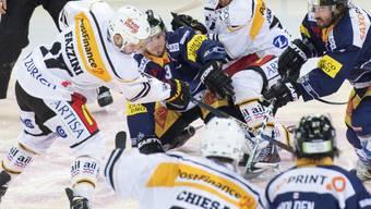 Riesiges Getümmel im Startspiel des Playoff-Viertelfinals zwischen Zug und Lugano