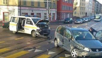Auf dieser Kreuzung missachtete der Polizist das Rotlicht und kollidierte mit einem anderen Auto.