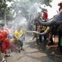 Nasse Neujahrsgrüsse vom Dickhäuter: Elefanten besprühen Passanten an Songkran in Ayutthaya, Thailand.