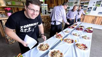 Probieren geht über studieren: Trotzdem hatte es der bz-Juror nicht einfach, aus den 20 kreativen und leckeren Wurstsalaten den Sieger zu erkoren.