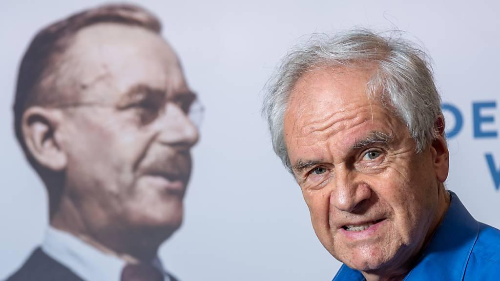 Der Schriftsteller und Psychologe Frido Mann - hier im Literaturhaus vor einem Bild seines Großvaters Thomas Mann, dem Literaturnobelpreisträger stehend - vermacht den Flügel seines Großvaters der Bundesrepublik Deutschland.