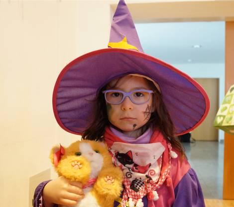 Luana (5) ist als Hexe verkleidet. Nicht fehlen darf das Büsi Daisy. Am Umzug am Samstag in Dietikon ist sie auch mit dabei.