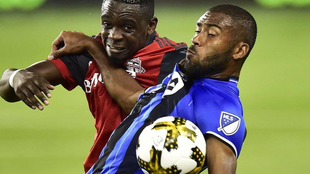 Montreals zweifacher Torschütze Anthony Jackson-Hamel (rechts) deckt den Ball gegen Toronto-Verteidiger Chris Mavinga ab
